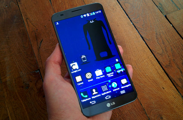 test lg g flex un cran courbe tonnant sur un. Black Bedroom Furniture Sets. Home Design Ideas