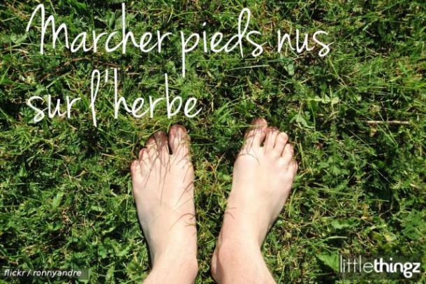 Marcher pieds nus sur l'herbe