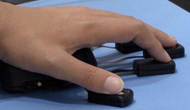 Une souris avec un capteur pour chaque doigt